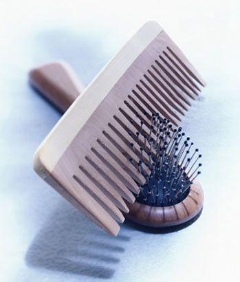 Kepekli saçlar için  Saçların kepekliyse, fırçalama olayına daha fazla özen göstermen gerek. Çünkü, saçlarını fırçaladıkça saç derindeki kepekler havalanır ve saçların daha çok kepekli görünür. Bu nedenle ucu çok yuvarlak olan, saç derine hasar vermeyecek fırçaları tercih etmelisin.